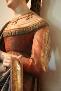 Franco-Flemish statue showing spiral lacing (photo ©Elizabeth Elwell-Cook 2006)